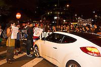 CURITIBA, PR, 18.02.2014 PROTESTO / NÃO VAI TER COPA  -  Foi realizado na noite desta terça-feira (18), mais um protesto não vai ter copa, pelas ruas de Curitiba, concentração teve inicio na rua Boca Maldita, centro de Curitiba. Manifestantes chegaram impedir a passagem de carros em alguns cruzamentos durante todo o percurso até um shopping, localizado na av do Batel, região nobre de Curitiba.Alguns integrantes do protesto chegaram a entrar no shopping com cartazes e os demais foram contidos pela segura do local. (Foto: Paulo Lisboa / Brazil Photo Press)