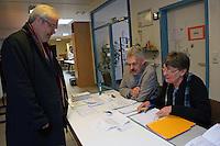 Bürgermeister Heinz-Peter Becker (SPD) bei der Stimmabgabe in der KiTa Parkstraße im Wahlbezirk 110 in Mörfelden-Walldorf