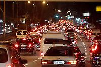 SAO PAULO, SP, 08 MAIO 2013 - TRANSITO SAO PAULO -  A Av. Alcantara Machado altura do bairro da Mooca tem transito intenso na noite dessa quarta-feira, (8) . FOTO: LUIZ GUARNIERI/BRAZIL PHOTO PRESS.
