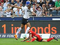 Karim Rekik (Hertha BSC Berlin) gegen Sebastien Haller (Eintracht Frankfurt) - 21.04.2018: Eintracht Frankfurt vs. Hertha BSC Berlin, Commerzbank Arena