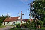 POLAND, Juchowo, village with catholic cross / POLEN, Juchowo, Dorf mit Kreuz der katholischen Kirche
