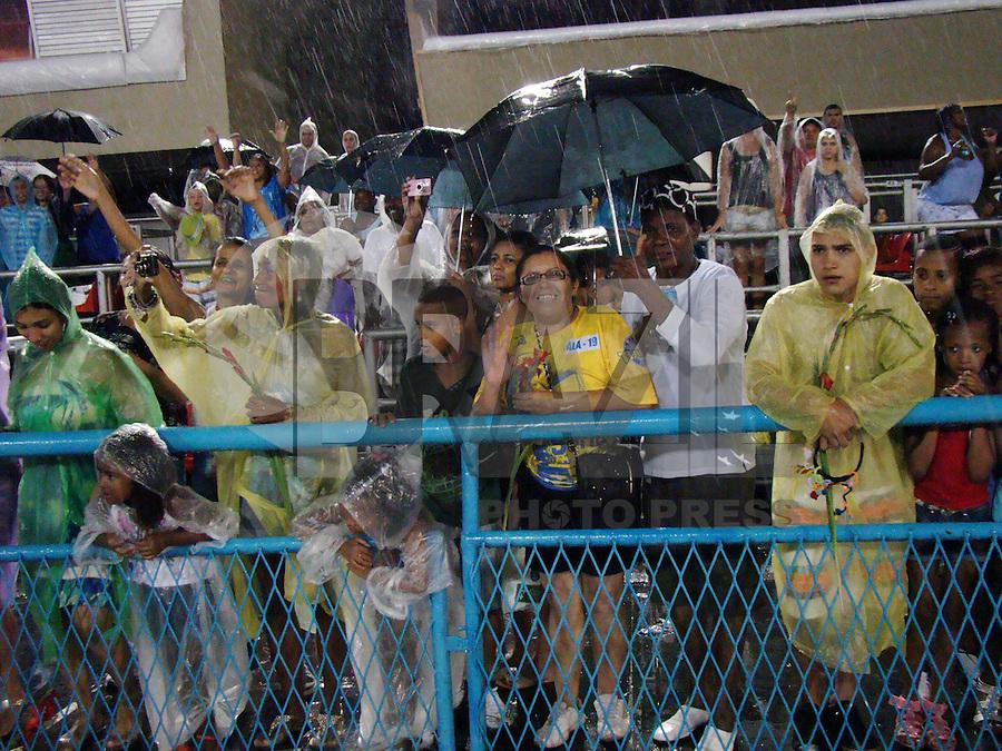 RIO DE  DE JANEIRO - RJ - DIA 12 DE FEVEREIRO. Na noite de domingo (12) com muita chuva,  baianas de diversas escolas se reunem para a tradicional lavagem da pista da Marques de Sapucaí no sambódromo, situado no centro da cidade do Rio de Janeiro.   RONALDO BRANDÃO/NEWSFREE