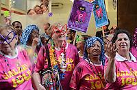 SAO PAULO, SP, 16 DE FEVEREIRO DE 2012 - BLOCO CARNAVAL SIND BANCARIOS -  Folioes se divertem no Bloco Carnavalesco do Sindicato dos Bancários de São Paulo. O Bloco passou pela região central na tarde desta sexta-feira levando a mensagem de igualdade entre os sexos e valorização da mulher. (FOTO: ALEXANDRE MOREIRA - BRAZIL PHOTO PRESS).