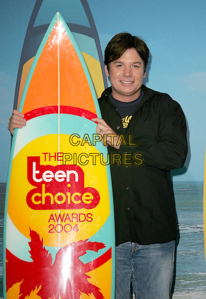 MIKE MYERS.The 2004 Teen Choice Awards held at The Universal Ampitheatre in Universal City, California.August 8, 2004.hlaf length, surf board, black shirt.www@capitalpictures.com.sales @capitalpictures.com.©Capital PIctures