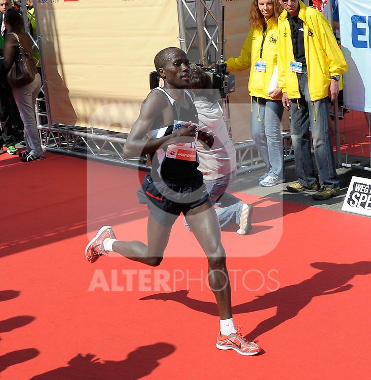 17.04.2011, AUT, Vienna City Marathon 2011, im Bild der Zieleinlauf von Augustine Ronoh (KEN, #19), EXPA Pictures © 2011, PhotoCredit: EXPA/ G. Holoubek