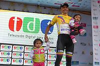 COLOMBIA. 09-08-2014. Miguel Angel Rubiano recibe la camiseta amarilla como líder general al término de la etapa 4, Nobsa – Duitama – Paipa – Tunja – Chía – Cota – 198.7 Km, de la Vuelta a Colombia 2014 en bicicleta que se cumple entre el 6 y el 17 de agosto de 2014. Rubiano posa con sus hijas en el podium. / Miguel Angel Rubiano  receives the yellow t shirt as General Leader at the end of the  stage 4, Nobsa – Duitama – Paipa – Tunja – Chía – Cota – 198.7 Km, of the Tour of Colombia 2014 in bike holds between 6 and 17 of August 2014. Rubiano poses to the photographer with his daugthers in the podium. Photo:  VizzorImage/ José Miguel Palencia / Str