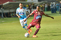 IBAGUÉ- COLOMBIA , 8-04-2018:Sebastian Villa (Der.) jugador del Deportes Tolima  disputa el balón con el Atlético Junior durante partido por la fecha 13 de la Liga Águila I 2018 jugado en el estadio Manuel Murillo Toro de la ciudad de Ibagué. / Sebastian Villa (R) player of Deportes Tolima fights for the ball with  Atletico Junior during match for the date 13 of the Aguila League I 2018 at Manuel Murillo Toro  stadium in Ibague city. Photo: VizzorImage  /Juan Carlos Escobar / Contribuidor