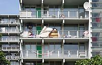 Nederland  Amsterdam - 2019. Troep op het balkon van een flat in de H-Buurt in de Bijlmer.    Foto Berlinda van Dam / Hollandse Hoogte