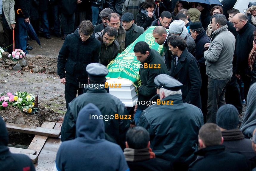 """Trois jours après la fusillade de la place Saint Lambert à Liège, en Belgique, une cérémonie religieuse  était organisée ce vendredi 16 décembre, au centre Islamique de Bressoux, en hommage à l' adolescent tunisien de 15 ans, Mehdi Belhadj, alias Nathan, tué dans la fusillade. Il a été ensuite enterré au cimetière de Jupille, où Ils étaient des centaines de membres de la famille, de proches, d'amis ou simplement d'anonymes à s'être regroupés pour rendre un dernier hommage..16/12/2011.Pic ; les parents de Mehdi """" Nathan """" Belhadj s'éffondrent en larmes au cimetière de Jupille..............."""