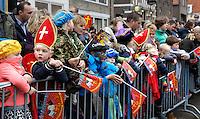 Monnickendam- Intocht van Sinterklaas. Kinderen wachten op de stoomboot