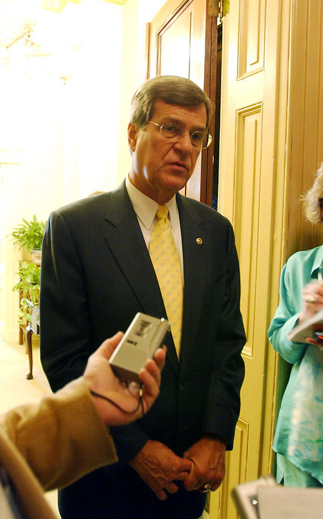 3Lott073101 - Sen. Trent Lott, R-MS, speaks to the press after the Senate Luncheons outside of his office.