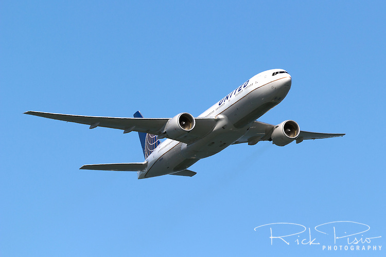 Boeing 777-200 in United Airlines livery in flight