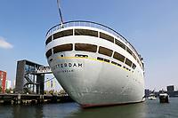 Nederland   Rotterdam 2017.  Schip het  SS Rotterdam ligt aangemeerd bij Katendrecht. De Rotterdam uit 1959 is het vijfde schip met die naam, in dienst van de Holland-Amerika Lijn (HAL). Het maakte tussen 1959 en eind 2000 het laatste decennium mee van de trans-Atlantische lijnvaart en was daarna een succesvol cruiseschip. Sinds 4 augustus 2008 ligt het stoomschip als drijvende attractie (rondleidingen, hotel-café-restaurant, vergaderlocatie) aan het Derde Katendrechtse Hoofd in de Maashaven in Rotterdam.  Foto Berlinda van Dam / Hollandse Hoogte