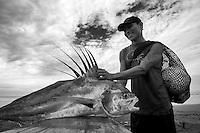 Pescador presumiendome su captura. Jaque, Panama.