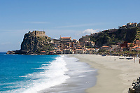 ITA, Italien, Kalabrien, Scilla: Badeort am Eingang zur Meerenge von Messina, mit Burg Chianalea und leerem Strand zur Vorsaison | ITA, Italy, Calabria, Scilla: beach resort with castle Chianalea at entrance of Straits of Messina, long secluded beach at off season