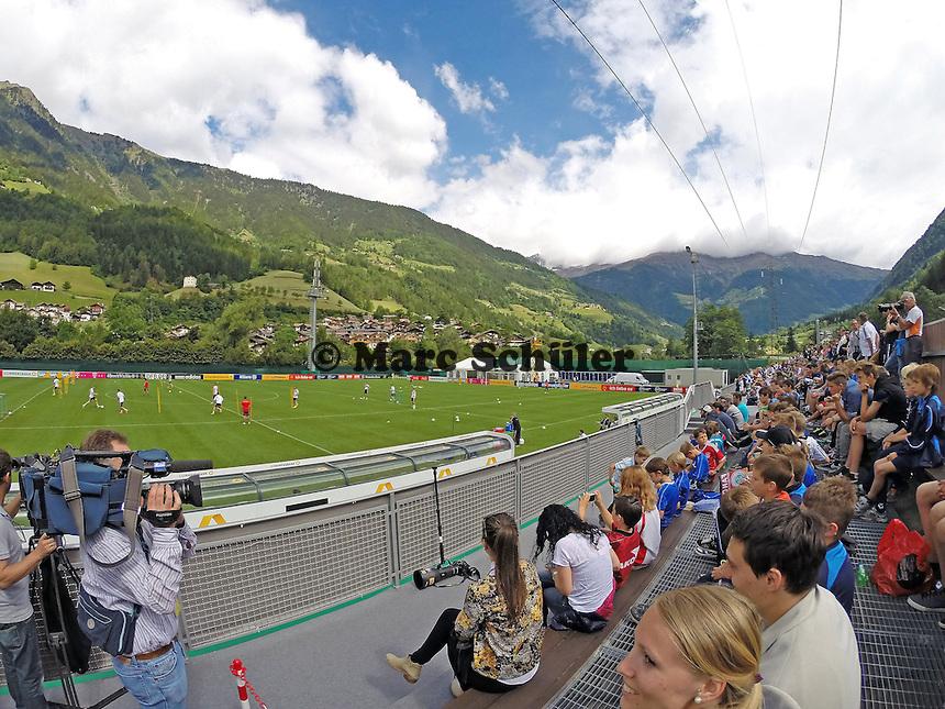 Viele Fans beim Abschlusstraining der Nationalmannschaft - Abschlusstraining der Deutschen Nationalmannschaft  im Rahmen der WM-Vorbereitung in St. Martin