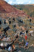 Mineração de ouro em garimpo, Serra Pelada, Pará. 1986.  Foto de Juca Martins.
