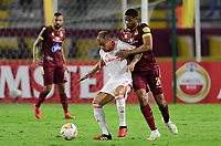 IBAGUE - COLOMBIA, 19-02-2020: Carlos Robles del Tolima disputa el balón con Andres D'Alessandro del Internacional durante partido por la fase 3 ida de la Copa CONMEBOL Libertadores 2020 entre Deportes Tolima de Colombia y SC Internacional de Brasil jugado en el estadio Manuel Murillo Toro de la ciudad de Ibagué. / Carlos Robles of Tolima struggles the ball with Andres D'Alessandro of Internacional during match for the phase 3 first leg as part of Copa CONMEBOL Libertadores 2020 between Deportes Tolima of Colombia and SC Internacional of Brazil played at Manuel Murillo Toro stadium in Ibague. Photo: VizzorImage / Cristian Alvarez / Cont
