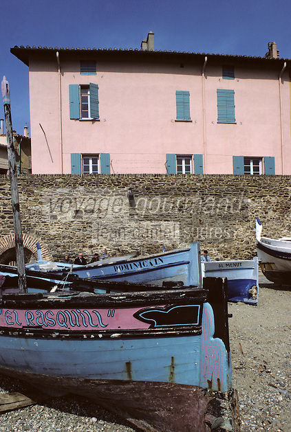Europe/France/Languedoc-Roussillon/66/Pyrénées-Orientales/Collioure : barques catalanes et maisons sur le port<br /> PHOTO D'ARCHIVES // ARCHIVAL IMAGES<br /> FRANCE 1980