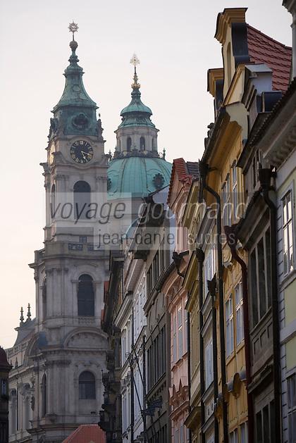 EEurope/République Tchèque/Prague: Sur le   Pont Charles  sur le Petit Côté- Mala Strana-La rue du Pont et l'Eglise Saint Nicolas
