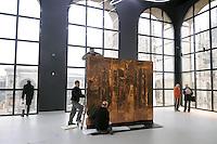 - Milano, il nuovo museo d'arte del 900 nel palazzo dell'Arengario in piazza del Duomo; posa dell'opera &quot;Trittico Spaziale&quot; di Lucio Fontana<br /> <br /> - Milan, the new arts museum of the 900 in the Arengario palace at Duomo square