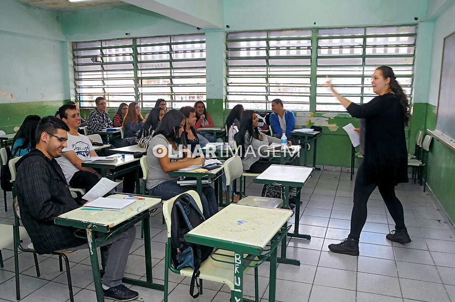 Iara Grilo Papais, professora de matemática em sala de aula no Cursinho Popular Viramundo. Ferraz de Vasconcelos. São Paulo. 2017. Foto Marcia Minillo.