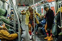 NOVA YORK, EUA, 13.01.2019 - DIA-SEM CALÇAS - Participantes durante o dia sem calças do 'No Pants Subway Ride' em Nova York, em 13 de janeiro de 2019. No Pants Subway Ride é um evento global anual que começou em Nova York, EUA, em 2002. (Foto: Vanessa Carvalho/Brazil Photo Pres)