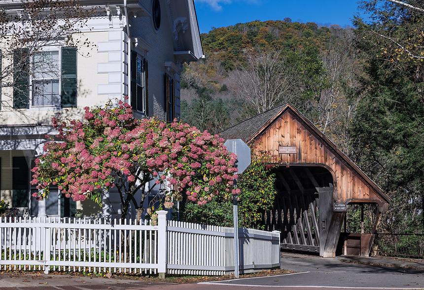 Covered bridge, Middle Bridge, Woodstock, Vermont, USA.