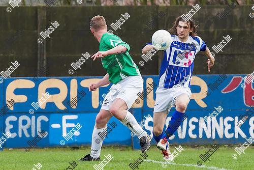 2014-03-30 / Voetbal / Seizoen 2013-2014 / Sint Jozef-Weelde / Dirk Harezlak (r. Weelde) met de actie voorbij Jonathan Sips (l. Sint Jozef)<br /> <br /> Foto: Mpics.be