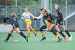 AMSTELVEEN - Lauren Stam (Adam)  met Lidewij Welten (DenBosch)    tijdens de hoofdklasse hockeywedstrijd dames,  Amsterdam-Den Bosch (1-1).   COPYRIGHT KOEN SUYK