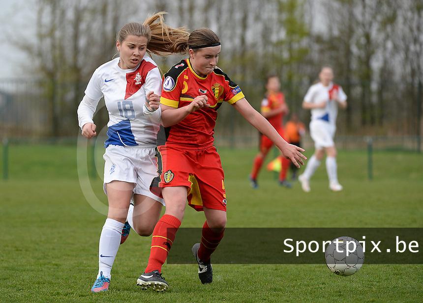 Women U15 : Belgian Red Flames - Nederland :<br /> <br /> Davinia Vanmechelen (R) is sneller op de bal dan Victoria Pelova (L)<br /> <br /> foto Dirk Vuylsteke / Nikonpro.be