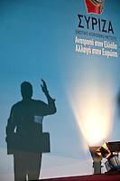 Elezioni in Grecia. Manifestazione finale di Syriza prima delle elezioni legislative, 14 giugno a Atene in piazza Omonia. L'ombra del  leader del partito Alexis Tsipras che parla dal palco.