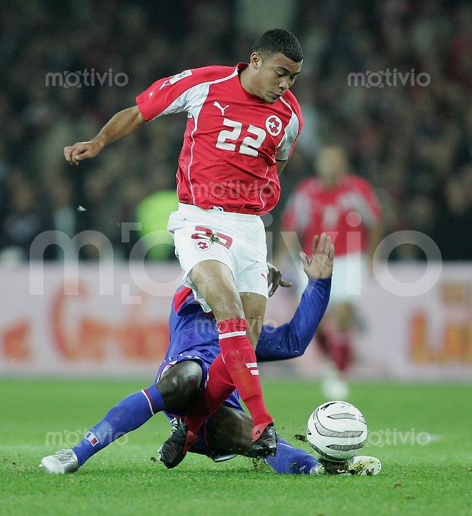 Fussball International WM Qualifikation Schweiz - Frankreich Johan Vonlanthen (SU,oben) gegen Claude Makalele (FRA)