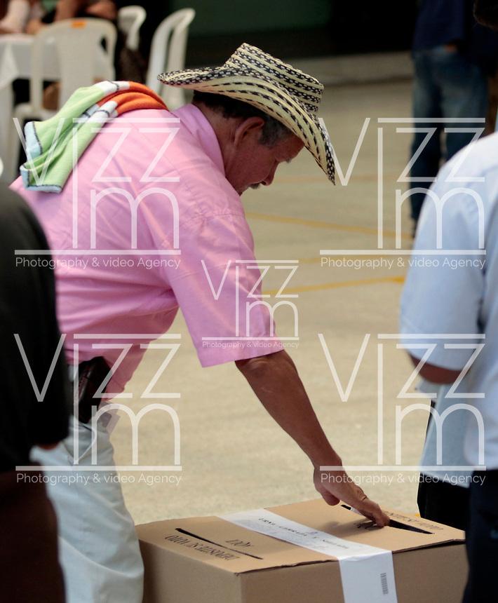 MANIZALES - COLOMBIA, 11-03-2017: Manizalitas acuden a las urnas para participar en las elecciones legislativas de Colombia de 2018 que se realizan hoy, domingo 11 de marzo de 2018m en todo el territorio colombiano. En ellas se eligen los miembros de ambas Cámaras del Congreso en Colombia. En el Senado de la República se elegirán 108 senadores y en la Cámara de Representantes se elegirán 172 parlamentarios. / Manizales's people go to the polls to participate in the legislative elections of Colombia in 2018 that take place today, Sunday, March 11, 2018m throughout the Colombian territory. In them, the members of both Houses of Congress in Colombia are elected. In the Senate of the Republic 108 senators will be elected and in the House of Representatives 172 parliamentarians will be elected. Photo: VizzorImage / Santiago Osorio/ Cont