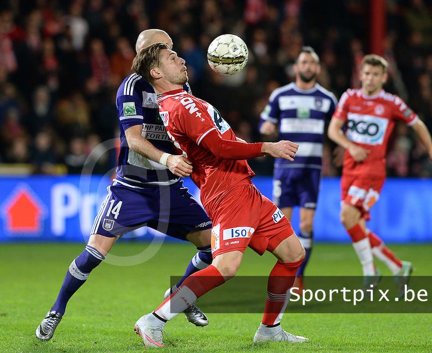 KV Kortrijk - RSC Anderlecht : Thanasis Papazoglou met de balcontrole voor de verdedigende Bram Nuytinck (links) <br /> Foto VDB / Bart Vandenbroucke