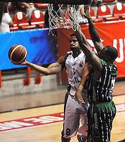 MEDELLIN - COLOMBIA - 29-04-2013: Desmon Blue (Der.) de Academia de la Montaña de Medellin, disputa el balón con Juan Garcia (Izq.) Aguilas de Tunja, abril 29 de 2013. Academia de la Montaña y Aguilas de Tunja en partido de la septima fecha de la fase II de la Liga Directv Profesional de baloncesto en partido jugado en el Coliseo Universidad de Medellin (Foto: VizzorImage / Luis Rios / Str). Desmon Blue (R) of Academia de la Montaña from Medellin, fights for the ball with Juan Garcia (L) of Aguilas from Tunja, April 29, 2013. Academia de la Montaña y Aguilas from Tunja in the seventh match of the phase II of the Directv Professional League basketball, game at the Coliseum Universidad de Medellin. (Photo: VizzorImage / Luis Rios / Str)..