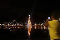 RIO DE JANEIRO, RJ, 01 DE JANEIRO 2012 - ÁRVORE-RJ -  Arvore de Natal da Lagoa Rodrigo de Freitas, regiao sul do Rio de Janeiro, nesta noite de domingo, 01 (Foto: Milene Cardoso/Brazil Photo Press)