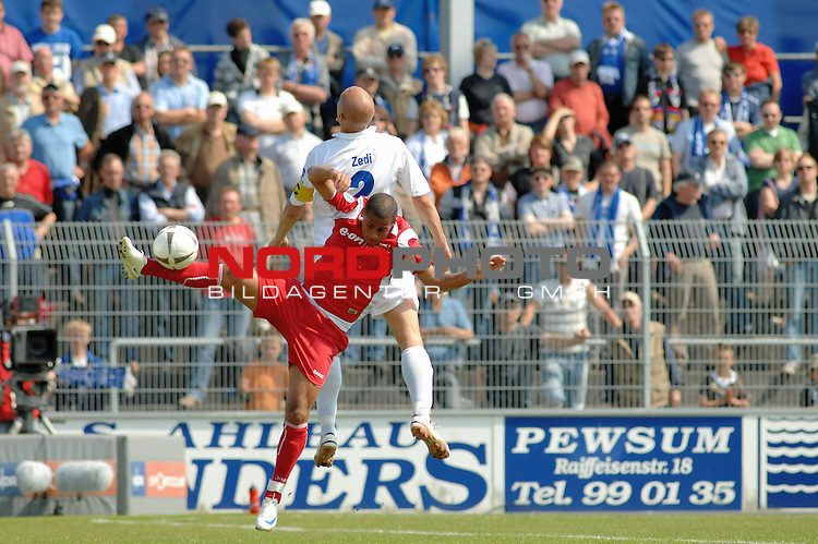 3. FBL 2008/2009 33. Spieltag RŁckrunde<br />  BSV Kickers Emden vs. FC Rot-WeiŖ Erfurt, <br /> <br /> Rockenbach da Silva (Erfurt #10) gegen Rudi Zedi (Emden #2) , <br /> <br /> Foto &copy; nph (nordphoto)