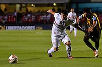 SÃO PAULO, SP, 28 DE FEVEREIRO DE 2013 - TAÇA LIBERTADORES DA AMÉRICA - SÃO PAULO x THE STRONGEST: Aloisio (e) durante partida São Paulo x The Strongest, válida pela 2ª rodada do grupo 3 da Taça Libertadores da América de 2013, disputada no estádio do Morumbi em São Paulo. FOTO: LEVI BIANCO - BRAZIL PHOTO PRESS