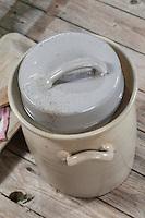 Sauerkraut, Sauerkohl wird in einem Gärtopf selbst hergestellt durch Milchsäuregärung von Weißkohl und Weißwein, Weinsauerkraut, Weinkraut, Sauerkrauttopf