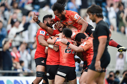 Sunwolves team group, APRIL 23, 2016 - Rugby April 23, 2016 - Rugby : Sunwolves players celebrate scoring their team third try by Harumichi Tatekawa at the end of the second half during the Super Rugby match between Sunwolves 38-26 Jaguares at Prince Chichibu Memorial Stadium in Tokyo, Japan. (Photo by Yuka Shiga/AFLO)