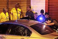 RIO DE JANEIRO, RJ, 07 DE AGOSTO 2012 - Um homem foi assassinado na tarde desta terça-feira (7) na rua 24 de Maio, no Meier, zona norte do Rio de Janeiro. De acordo com a Polícia Militar, dois homens passavam em uma moto, atiraram e mataram a vítima, que estava dentro de um BMW. Policiais do Batalhão do Meier (3º BPM) fazem buscas no local para localizar os suspeitos. Até as 18h45 desta terça-feira a vítima não havia sido identificada.FOTO: GUTO MAIA - BRAZIL PHOTO PRESS