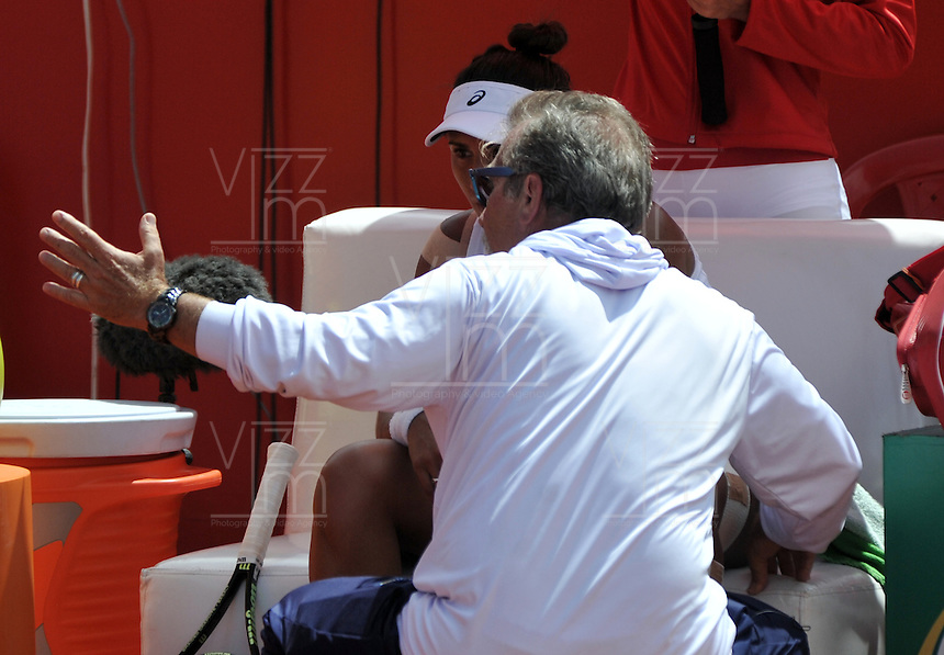 BOGOTA - COLOMBIA - 16-04-2016: Paula Goncalves de Brasil, recibe instrucciones de su técnico, durante partido por el Claro Colsanitas WTA, que se realiza en el Club El Rancho de Bogota. / Paula Goncalves of Brazil, recibes instructions of her coach, during a match for the WTA Claro Colsanitas, which takes place at Club El Rancho de Bogota. Photo: VizzorImage / Luis Ramirez / Staff.