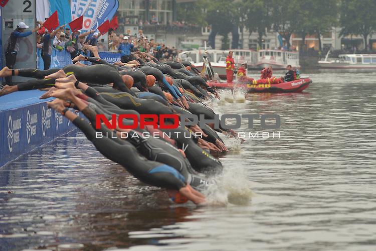 20160716,  Innenstadt, Hamburg, GER, Hamburg Wasser World Triathlon, Elite Maenner Sprintdistanz, im Bild Start der Maenner am Jungfernstieg in die Alster Foto © nordphoto / Witke