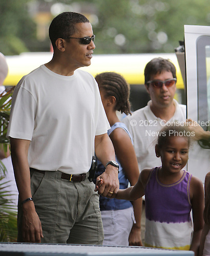 Honolulu, HI - December 26, 2008 -- United States President-elect Barack Obama walks and holds hands with youngest daughter Sasha at the  Koko Head Marina shopping mall Friday, December 26, 2008 in Honolulu, Hawaii..Credit: Kent Nishimura - Pool via CNP