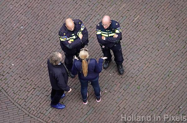 Nederland  Alkmaar -  Oktober 2018. Mensen vragen de politie om informatie.   Foto Berlinda van Dam / Hollandse Hoogte