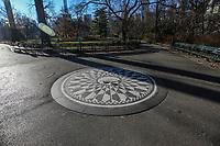 NOVA YORK, EUA, 19.12.2018 - TURISMO-EUA - Vista do memorial Imagine no Central Park em Nova York nos Estados Unidos nesta quarta-feira, 19. O simbolo é uma homenagem ao musico John Lennon. (Foto: William Volcov/Brazil Photo Press)