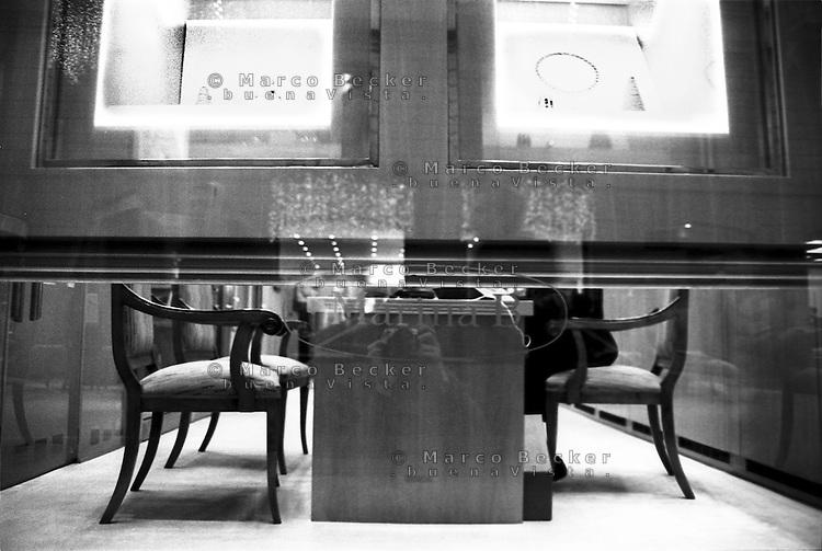 Milano, via Montenapoleone. Gioielli in vetrina alla gioielleria Marina B e un commesso intravisto da sotto --- Milan, Montenapoleone street. Jewels on display at Jewelry store Marina B and a salesman glimpsed from below