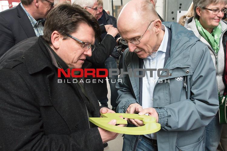 25.03.2015, Industriering, Lohne, Werder Bremen Deligation Besucht Fa Fahling in Lohne, im Bild<br /> <br /> Dr. Hubertus Hess-Grunewald (Gesch&auml;ftsf&uuml;hrer und Stellvertretender Aufsichtsratsvorsitzender) und Willi Lemke ((Mitglied des Aufsichtsrats) begutachten das Werder W aus Marmor, welches kurz zuvor geschnitten wurde <br /> <br /> Foto &copy; nordphoto / Kokenge **** Attention **** keine Online / Social Media Verwendung ohne Absprache und Genehmigung ***** - Exclusiv Bilder ****