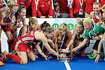 ENG - London, England, August 30: Kate RICHARDSON-WALSH #11 of England tries to fix the trophy on August 30, 2015 at Lee Valley Hockey and Tennis Centre, Queen Elizabeth Olympic Park in London, England.  (Photo by Dirk Markgraf / www.265-images.com) *** Local caption ***